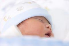 Retrato de um bebê asiático de sono bonito na cama imagens de stock royalty free