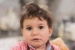Retrato de um bebê bonito dentro de uma cesta na padaria fotos de stock
