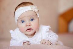 Retrato de um bebê bonito do bebê de três meses que encontra-se em uma cobertura Imagens de Stock Royalty Free