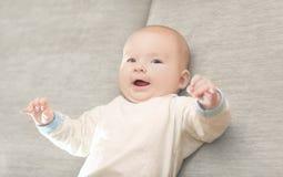 Retrato de um bebê idoso bonito de três meses Imagens de Stock