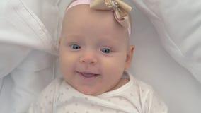 Retrato de um bebê de olhos azuis de sorriso de seis meses velho filme
