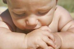 Retrato de um bebê pensativo Fotos de Stock