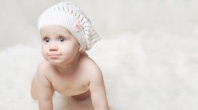 Retrato de um bebê pequeno com um chapéu Fotos de Stock Royalty Free