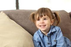 Retrato de um bebê que olha acima fotos de stock
