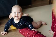 Retrato de um bebê que rasteja no assoalho e no sorriso foto de stock royalty free
