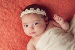 Retrato de um bebê que veste uma faixa do laço e da pérola Fotos de Stock Royalty Free