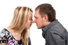 Retrato de um beijo feliz novo bonito dos pares Foto de Stock