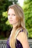 Retrato de um blonde de cabelos compridos novo com h longo Imagens de Stock Royalty Free