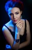 Retrato de um bonito, moça em um fundo Fotos de Stock Royalty Free