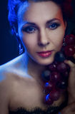 Retrato de um bonito, moça em um fundo Imagens de Stock Royalty Free