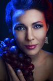 Retrato de um bonito, moça em um fundo Imagem de Stock