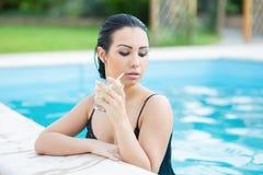 Retrato de um brunette atrativo fotografia de stock royalty free