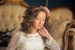 Retrato de um brunette novo Imagens de Stock Royalty Free