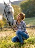 Retrato de um cavalo branco e de uma mulher Fotos de Stock Royalty Free
