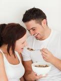 Retrato de um cereal de alimentação do homem a sua esposa Imagens de Stock Royalty Free
