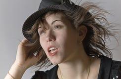 Retrato de um chapéu desgastando da mulher nova Imagem de Stock