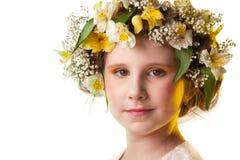 Retrato de um chapéu desgastando das flores da menina bonita. Fotografia de Stock