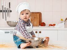Retrato de um chapéu e de um avental pequenos do cozinheiro chefe Fotos de Stock