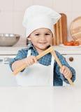 Retrato de um chapéu e de um avental pequenos do cozinheiro chefe Foto de Stock Royalty Free