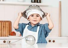 Retrato de um chapéu e de um avental pequenos do cozinheiro chefe Imagem de Stock Royalty Free