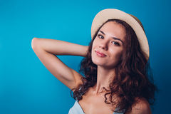 Retrato de um chapéu vestindo da mulher bonita foto de stock royalty free