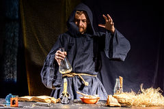 Retrato de um cientista medieval louco que trabalha em seu laboratório foto de stock