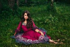 Retrato de um cigano bonito da menina foto de stock