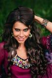 Retrato de um cigano bonito da menina foto de stock royalty free