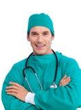 Retrato de um cirurgião que prende um estetoscópio imagem de stock royalty free