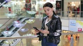 Retrato de um cliente feliz que compra em linha com um smartphone e um cartão de crédito video estoque