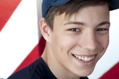 Retrato de um close-up bonito do adolescente em um fundo brilhante Fotos de Stock