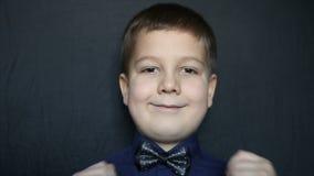 Retrato de um close-up do menino em um fundo preto Vídeo cheio de HD filme