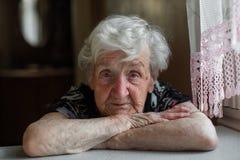Retrato de um close-up idoso solitário da mulher fotos de stock royalty free