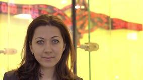 Retrato de um close up novo da mulher do banqueiro vídeos de arquivo