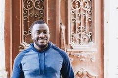 Retrato de um close-up positivo alegre do indivíduo preto no esportes s imagens de stock royalty free