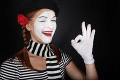 Retrato de um comediante feliz do mime que mostra ESTÁ BEM Foto de Stock Royalty Free