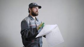 Retrato de um construtor do arquiteto que estuda o plano da disposição da sala video estoque