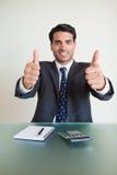 Retrato de um contabilista novo com os polegares acima imagens de stock royalty free