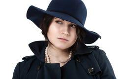 Retrato de um coquete novo no chapéu azul Foto de Stock