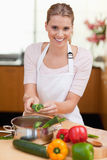 Retrato de um cozimento de sorriso da mulher Foto de Stock Royalty Free