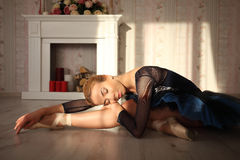 Retrato de um dançarino de bailado profissional que senta-se no assoalho de madeira na luz do sol com olhos fechados Bailarina fê imagem de stock