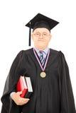 Retrato de um decano da universidade no levantamento do vestido da graduação Foto de Stock Royalty Free