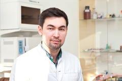 Retrato de um dentista Doctor e do paciente Imagem de Stock