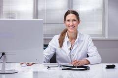 Retrato de um doutor fêmea feliz fotografia de stock
