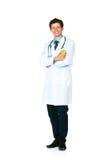 Retrato de um doutor masculino de sorriso que guardara a maçã verde no branco fotografia de stock royalty free