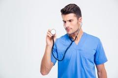 Retrato de um doutor masculino que guarda o estetoscópio imagens de stock royalty free