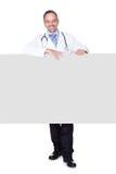 Retrato de um doutor que guarda o cartaz vazio foto de stock royalty free
