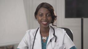 Retrato de um doutor de sorriso novo do americano do africano negro Fotografia de Stock Royalty Free