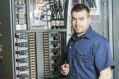 Retrato de um eletricista em uma sala foto de stock royalty free