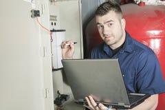 Retrato de um eletricista em uma sala fotografia de stock royalty free